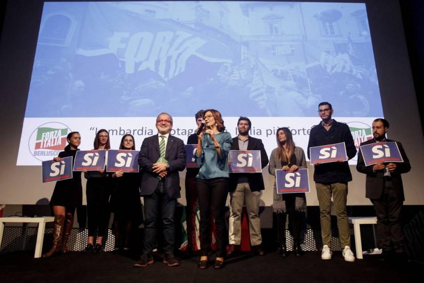 """Referendum, azzurri in campo per il Sì. Maroni: """"Per noi Silvio è immortale"""""""